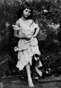 """la piccola Alice Liddell, musa di Dosgson per """"Alice in Wonderland"""" e da lui immortalata"""