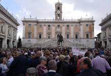 ROMA IN TEMPESTA: LA FOLLA GRIDA ALLE DIMISISONI MA LA RAGGI TIENE
