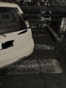 Un'auto in sosta su strisce pedonali in via di Portonaccio ostacola l'accesso alla rampa